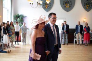 Mensen in een kring als ritueel bij trouwceremonie